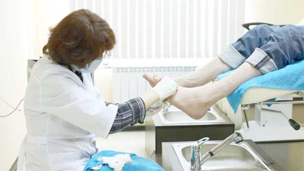 К кому обратится, какой врач лечит грибок ногтей на ногах?