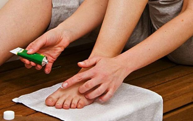Применение мази против грибка ног