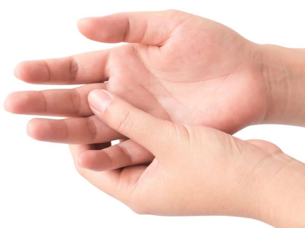 Gribok mezhdu palcev ruk